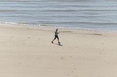 Gesunde Frau, die auf den Strand läuft Lizenzfreie Stockfotografie