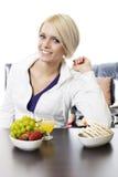 Gesunde Frau, die ein natürliches Frühstück genießt Lizenzfreies Stockfoto