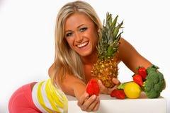 Gesunde Frau, die frische Erdbeere anbietet stockfotografie