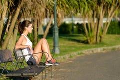 Gesunde Frau, die nachdem dem Laufen und dem Trainieren stillsteht Lizenzfreies Stockbild