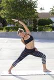 Gesunde Frau, die Yoga durchführt Stockbild