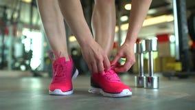Gesunde Frau, die zum Turnhallentraining bindet rosa Schnürsenkel fertig wird Das Konzept des Sports, Schönheit, Eignung, gesund stock video footage