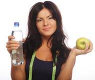 gesunde Frau mit Apfel und Flasche Wasser. Stockbild