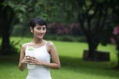 Gesunde Frau mit Flasche Wasser Stockbild