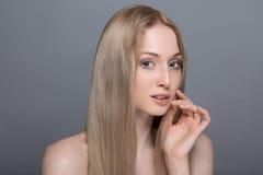 Gesunde Frau mit klarer Haut und dem Haar lokalisiert Lizenzfreies Stockbild