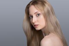 Gesunde Frau mit klarer Haut und dem Haar lokalisiert Lizenzfreie Stockbilder