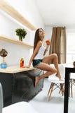 Gesunde Frau trinkendes Detox Smoothie-Getränk zuhause nahrung Lizenzfreies Stockbild