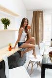 Gesunde Frau trinkendes Detox Smoothie-Getränk zuhause nahrung Stockfotos