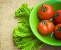 Gesunde Frischgemüsebestandteile für das Kochen im rustikalen setti Stockfoto