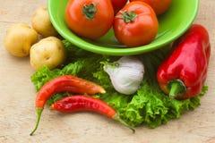 Gesunde Frischgemüsebestandteile für das Kochen im rustikalen setti Lizenzfreie Stockfotografie