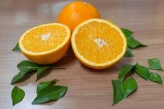 Gesunde Frucht der Orangen wird auf Bretterboden gesetzt Lizenzfreies Stockfoto