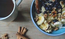Gesunde Güte: Frühstücks-Schüssel des strengen Vegetariers lizenzfreies stockbild