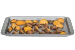 Gesunde gebratene Süßkartoffel-Keile gedient auf Schutzträger-Blatt Lizenzfreie Stockfotos