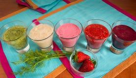 Gesunde Gemüse Smoothies zum Frühstück auf Holztisch lizenzfreies stockfoto