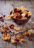 Gesunde Gemüsechips auf einem rustikalen Hintergrund Lizenzfreies Stockfoto