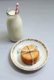 Gesunde gemachte Hafermehlhauptkekse und eine Flasche frische Milch Stockbilder