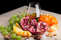 Gesunde geschmackvolle Früchte mit einem Glas von Congac lizenzfreie stockfotografie