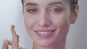 Gesunde Gesichtshaut Schönheits-rührendes Schönheits-Gesicht stock video