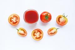 Gesunde Getränke Glas Tomatensaft und Stücke der frischen Tomate Stockfotos