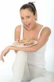 Gesunde glückliche natürliche junge Frau, die ein norwegische Art-kaltes Buffet hält Stockfoto