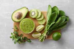Gesunde grüne Smoothiebestandteile stockfoto
