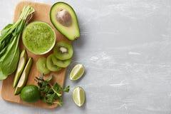 Gesunde grüne Smoothiebestandteile stockfotos