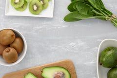 Gesunde grüne Smoothiebestandteile stockfotografie