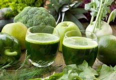 Gesunde grüne Smoothies Stockfotos