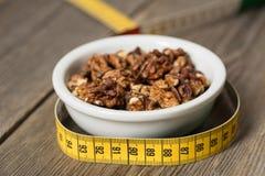 Gesunde griechische Nüsse mit Zentimeter für das Nähren Stockfoto