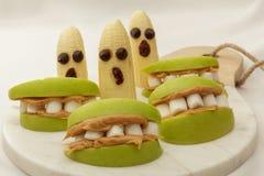 Gesunde Halloween-Snackäpfel und -bananen Stockfoto