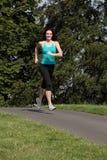 Gesunde im Freienübung der jungen Frau im Sonnenschein Stockfotos