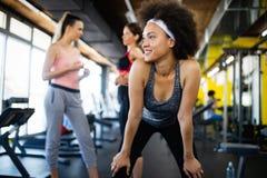 Gesunde junge Athleten, die ?bungen am Eignungsstudio tun stockfotos