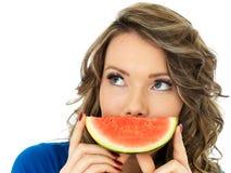 Gesunde junge Frau, die eine neue Scheibe der Wassermelone hält Stockbild