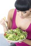 Gesunde junge Frau, die eine Schüssel frische grüner Salat-Blätter hält Stockbilder