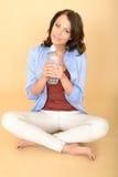 Gesunde junge Frau, die frische Flasche ruhiges Mineralwasser hält Stockfotos