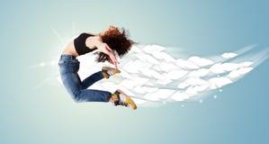 Gesunde junge Frau, die mit Federn um sie springt Lizenzfreies Stockfoto