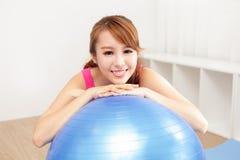 Gesunde junge Frau, die zu Hause Yoga tut Lizenzfreie Stockfotos