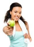 Gesunde junge Mischrassefrau, die grünen Apfel lokalisiert auf w hält Lizenzfreies Stockbild