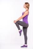 Gesunde junge Sportlerin tut die Übungen Lizenzfreie Stockfotos