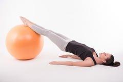 Gesunde junge Sportlerin tut die Übungen Stockfoto
