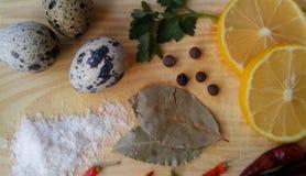 Gesunde Küche: Eier, Grüns, Gewürze, Petersilie, Zitrone, Paprika, Lorbeerblatt, Salz Ansicht von oben Hintergrund frech Lizenzfreies Stockfoto