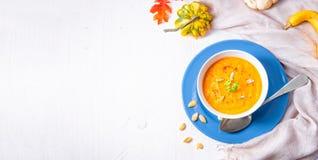 Gesunde Kürbissuppe mit Ingwerkarotten und -Kokosmilch lizenzfreie stockfotos