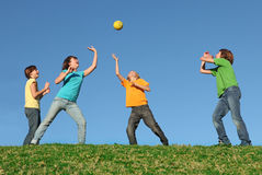 Gesunde Kinder, die draußen Kugel spielen Lizenzfreie Stockbilder