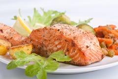 Gesunde Lachse mit Gemüse stockbild
