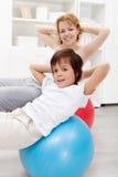 Gesunde Lebensdauer - zu Hause trainierend lizenzfreies stockfoto