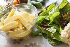 Gesunde Lebensmittelinhaltsstoffe, Frischgemüse in einer Platte, Gurken lizenzfreie stockbilder