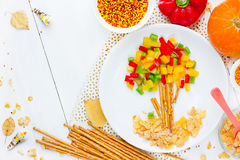 Gesunde Lebensmittelkunstidee für Kinder formte Herbstbaum mit buntem Stockbild