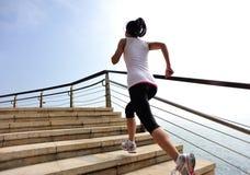 Gesunde Lebensstilfrau, die auf Steintreppe läuft Stockbilder