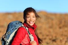 Gesunde Lebensstilfrau, die draußen lächelt