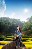 Gesunde Lebensstilfrau, die draußen lächelt Lizenzfreies Stockfoto